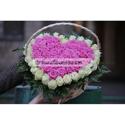 Pembe ve Beyaz güllerden Oluşan Kalp Aranjman