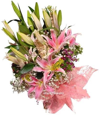 3 Dal pembe lilyum ve mevsim çiçekleinden oluşan buket