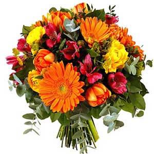 Renkli çiçeklerden oluşan mevsim buketi