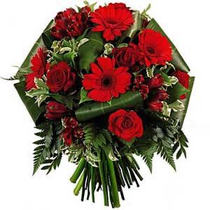 Güllerle ve mevsim çiçekleri ile oluşan buket