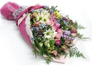 Renkli kır çiçeklerinden oluşan mevsim çiçeği buketi