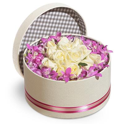 Kutu içerisinde Beyaz güller Ve Dendebrium Orkidesi