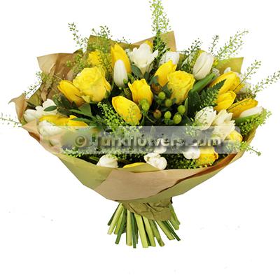 Sarı lale ve sarı güllerden oluşan buket