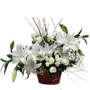 Beyaz lilyum ve beyaz güller aranjman