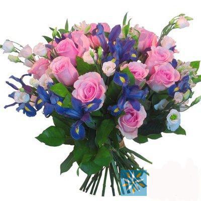 pembe gülllerden ve çiçeklerden oluşan buket