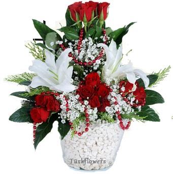 Cam vazo içerisinde 11 adet kırmızı gül ve 2 kandil beyaz lilyum`dan oluşan aranjman
