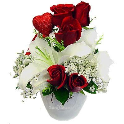 Seramik vazoda 2  Lilyum ve 5 adet kırmızı gül