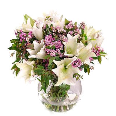 Zambak ve mevsim çiçeklerinden oluşan aranajman